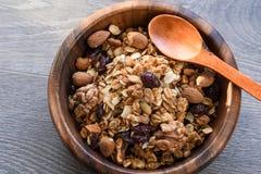 Domowej roboty granola w drewnianym pucharze Zdjęcie Stock