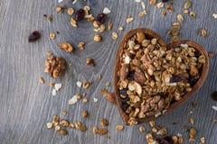 Domowej roboty granola w drewnianym pucharze Obraz Stock