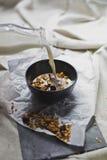 Domowej roboty granola w pucharze z mlekiem Zdjęcia Royalty Free