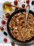 Domowej roboty granola z dokrętek, miodowych i świeżych jagodami, - malinki, truskawki, morwy, agresty Obrazy Stock