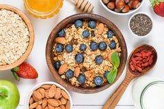 Domowej roboty granola z dokrętkami, rodzynkami i superfoods na bielu, zdjęcia royalty free