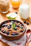 Domowej roboty granola z jagodami dla zdrowego śniadania Zdjęcie Royalty Free