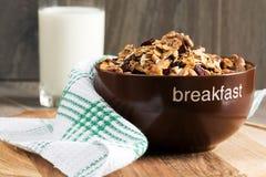 Domowej roboty granola z miodem, oatmeal, nerkodrzew dokrętką, migdałem, pistacją, rodzynką i cranberry w glinianym pucharze, szk Fotografia Stock
