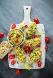 Domowej roboty Guacamole grzanka z chili pieprzem, pietruszka na białej drewnianej desce Obraz Royalty Free