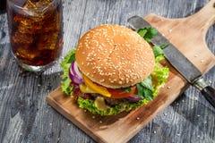 Domowej roboty hamburger i kola z lodem Zdjęcia Stock
