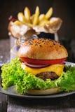 Domowej roboty hamburger z francuskimi dłoniakami fotografia stock