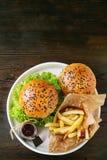 Domowej roboty hamburger z francuskimi dłoniakami obrazy royalty free