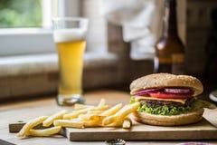 Domowej roboty hamburger z napojem zdjęcia stock