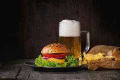 Domowej roboty hamburger z piwem i grulami obrazy stock
