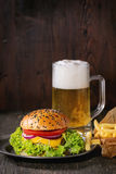 Domowej roboty hamburger z piwem i grulami zdjęcie stock