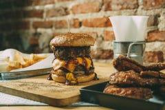 Domowej roboty hamburgery z dwoistym serem i wołowiną fotografia royalty free