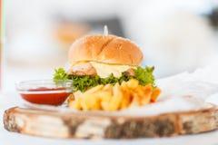 Domowej roboty hamburgery z Sma??cym Pomidorowym kumberlandem i grulami zdjęcia stock