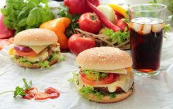 Domowej roboty hamburgery z zimnym napojem Fotografia Royalty Free