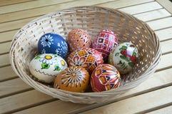 Domowej roboty handmade malujący jajka w łozinowym koszu Zdjęcia Stock