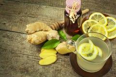 Domowej roboty imbirowa herbata z cytryną Traktowanie grypa i zimna Tradycyjna ludowa medycyna obraz royalty free