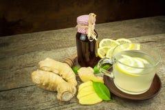 Domowej roboty imbirowa herbata z cytryną Traktowanie grypa i zimna Tradycyjna ludowa medycyna fotografia royalty free