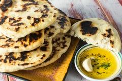 Domowej roboty indianin smażący Naan chleb Fotografia Stock