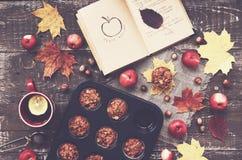 Domowej roboty jabłczani muffins i filiżanka herbata z cytryną, jesień nastrój obrazy royalty free