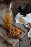 Domowej roboty Jabłczany dżem z cynamonem Kawałki jabłka w karmelu syropie dla wypiekowego kulebiaka Jesień konserwuje i konserwu obrazy royalty free
