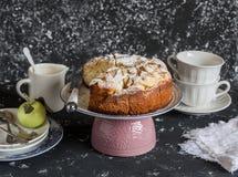 Domowej roboty jabłczany kulebiak na ciemnym tle handluje porcelany świeżego porcelanowe truskawek herbatę razem Zdjęcie Royalty Free