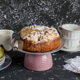 Domowej roboty jabłczany kulebiak na ciemnym tle handluje porcelany świeżego porcelanowe truskawek herbatę razem Fotografia Royalty Free