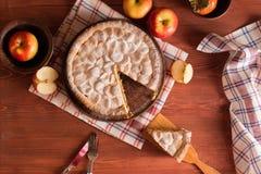 Domowej roboty jabłczany kulebiak na drewnianym stole obrazy royalty free