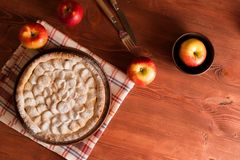 Domowej roboty jabłczany kulebiak na drewnianym stole zdjęcie stock