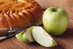 Domowej roboty jabłczany tort i zieleni jabłko nad naturalnym drewnianym tłem obraz royalty free