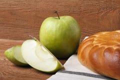 Domowej roboty jabłczany tort i zieleni jabłko nad naturalnym drewnianym tłem zdjęcia royalty free