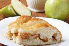 Domowej roboty jabłczany tort i zieleni jabłko nad naturalnym drewnianym tłem zdjęcie royalty free
