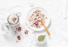 Domowej roboty jadalnego koksu różana cukrowa pętaczka na lekkim tle, odgórny widok Robić domowemu produktów kosmetyków pojęciu zdjęcie royalty free