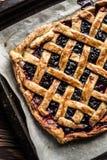 Domowej roboty jagodowy kulebiak na drewnianym tle Zdjęcia Royalty Free