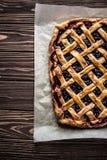 Domowej roboty jagodowy kulebiak na drewnianym tle Zdjęcie Stock