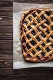 Domowej roboty jagodowy kulebiak na drewnianym tle Zdjęcie Royalty Free