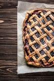 Domowej roboty jagodowy kulebiak na drewnianym tle Obrazy Stock