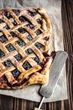 Domowej roboty jagodowy kulebiak na drewnianym tle Fotografia Royalty Free