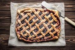 Domowej roboty jagodowy kulebiak na drewnianym tle Fotografia Stock