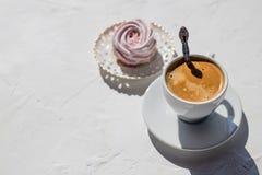 Domowej roboty jagodowy zephyr, marshmallow, beza z filiżanką kawy z mlekiem, na bielu stole Dekorujący na małym talerzu Fotografia Royalty Free