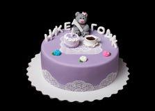 Domowej roboty jaskrawy mousse tort z mastyksem i inskrypcją Zdjęcie Royalty Free