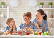 Domowej roboty jedzenie i mały pomagier Zdjęcie Royalty Free