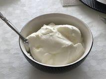 Domowej roboty jogurt w ceramicznym pucharze zdjęcia stock