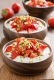 Domowej roboty jogurt z świeżymi truskawkami i pistacjami, zakończenie Obraz Stock