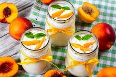 Domowej roboty jogurt z brzoskwiniami, zakończenie Obrazy Stock