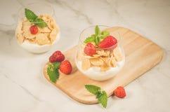 Domowej roboty jogurt z kukurydzanych płatków, truskawki i mint/Smoothies z kukurydzanymi płatkami, obrazy stock
