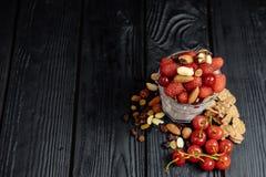 Domowej roboty jogurt z płatkami, dokrętkami i jagodami, malinki i wiśnie zdjęcie stock