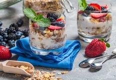 Domowej roboty jogurt z piec granola zdjęcia stock