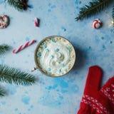 Domowej roboty kakao, gorąca czekolada, jedlinowy drzewo, cukierki lub czerwieni mitynki na błękicie, betonujemy tło zdjęcia stock
