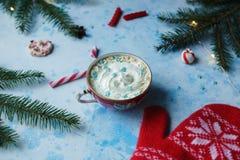 Domowej roboty kakao, gorąca czekolada, jedlinowy drzewo, cukierki lub czerwieni mitynki na błękicie, betonujemy tło zdjęcie stock