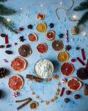 Domowej roboty kakao lub gorąca czekolada, wysuszone pomarańcze, jedlinowy drzewo, cynamon, cukierki na błękicie betonujemy tło zdjęcia stock