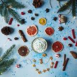 Domowej roboty kakao lub gorąca czekolada, wysuszone pomarańcze, jedlinowy drzewo, cynamon, cukierki na błękicie betonujemy tło fotografia royalty free
